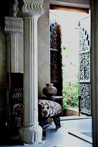 Колонны, балясины, плинтуса, багеты, карнизы из мрамора, гранита. Индивидуальные размеры, монтаж.
