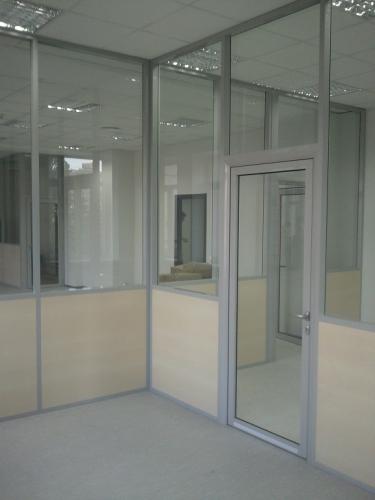 Комбинированные офисные перегородки из стекла и ламинированного ДСП