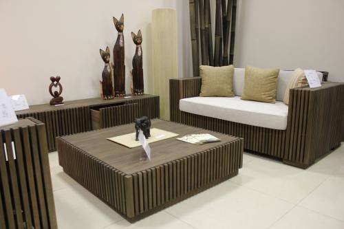 Комплект мебели из тика для зоны отдыха, сигарной комнаты или кабинета руководителя: три кресла, столик и ТВ-тумба