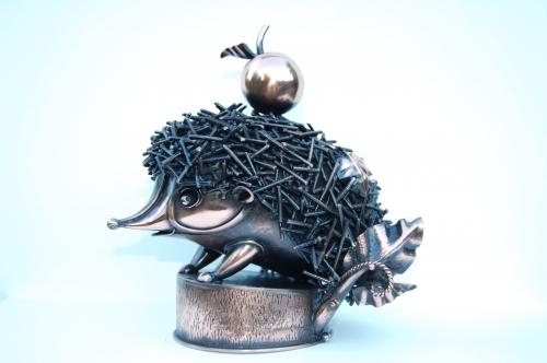 """Композиция """"Ёжик"""". Скульптура из листового металла. Выс.20 см. Материал - медь, латунь."""