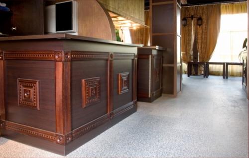 Корпусная мебель из натурального дерева для ресторанов и гостиниц.