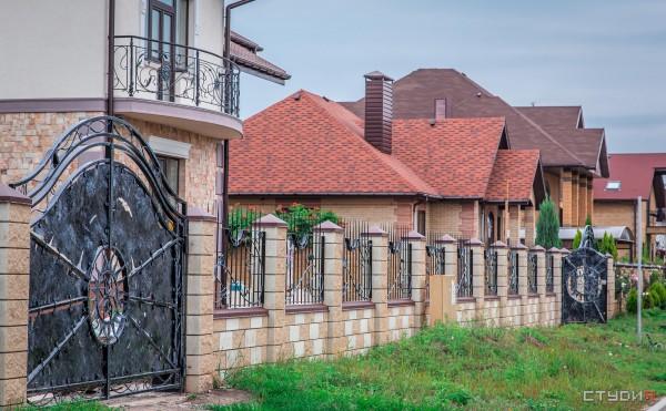 Кованые красивые распашные ворота от кузнечной мастерской Live Metall под заказ в Днепропетровске