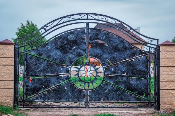 Кованые красивые распашные ворота от кузнечной мастерской Live Metall индивидуальный дизайн