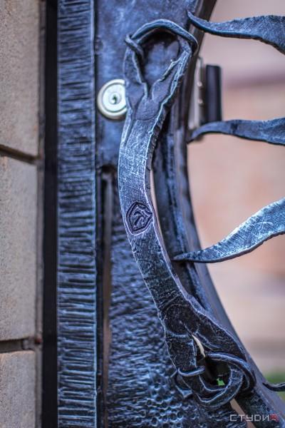 Кованые распашные автоматические ворота от кузнечной мастерской Live Metall под заказ в Днепропетровске
