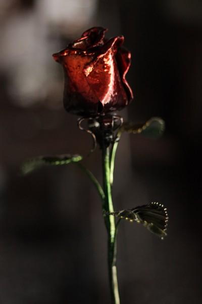 Кованые роза - красивый и романтичный подарок на любой случай.