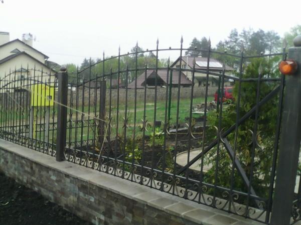Кованые заборы для частного дома из кирпича с элементами ковки