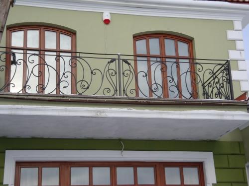 Кованое ограждение балкона с витражами по индивидуальному эскизу
