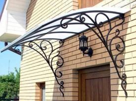 Козырек с использованием кованных деталей для входной двери