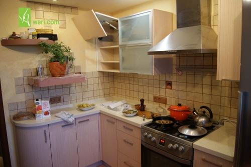 Кухня с фасадами из шпонированного МДФ и кварцевой столешницей Caesarstone