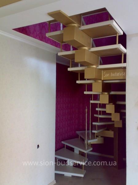Лестница на центральном металлическом косоуре, каркасе.