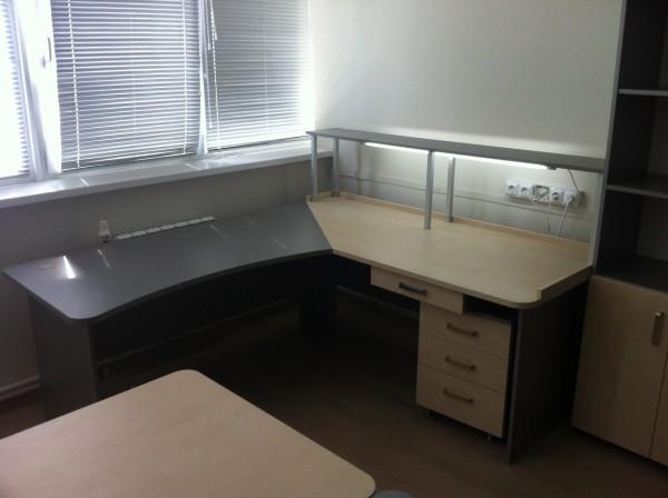 Лабораторная мебель изготавливаются согласно размерам Вашего помещения. Рабочая поверхность столов - пластик.