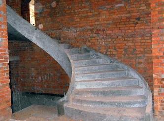 Лестница бетонная дуговая, гладкошитая с бортом.