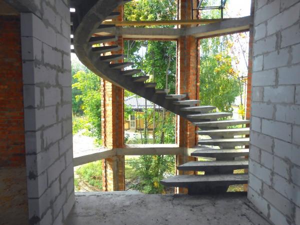Лестница бетонная на одном косоуре