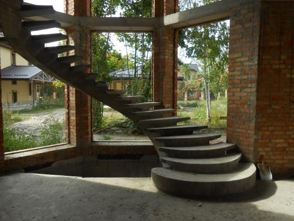 Лестница бетонная п-образная с забежными ступенями