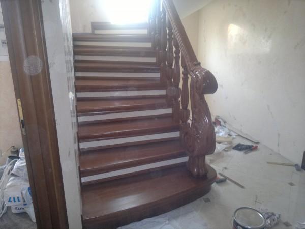 Лестница из массива по бетону