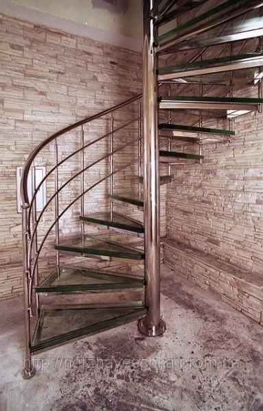 лестница из нержавейки винтовая, стеклянные ступени.