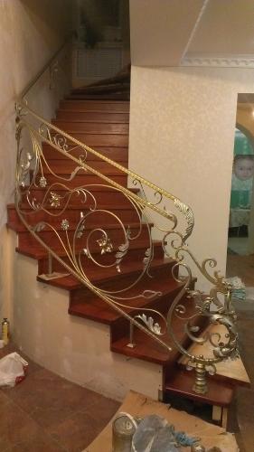 Лестница кованая с элементами литья