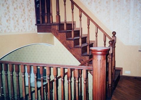 Лестница на деревянных косоурах.