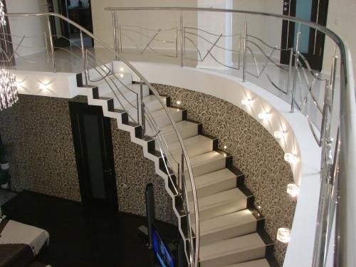 Лестница на тетиве; дизайн, проект, изготовление
