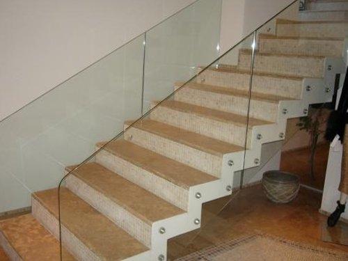 Лестница со стеклянными перилами.