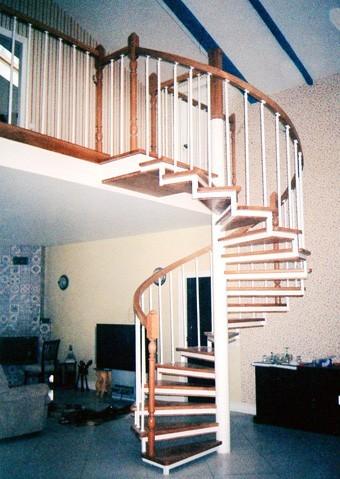 Лестница винтовая маршевая на металлических косоурах.