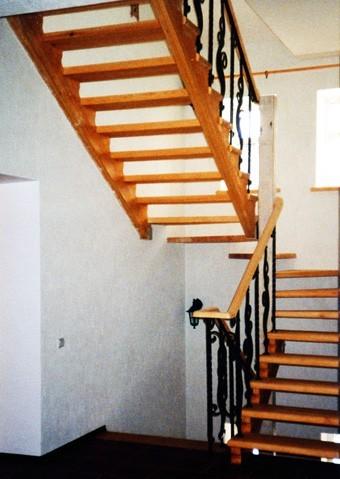 Лестницана деревянном косоуре