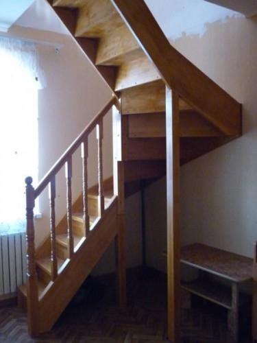 """Лестница""""KALIPS O DUBLE MIDLE""""с разворотом на 180град. с шестью забежными ступенями, выс.3м ш.95см клен"""