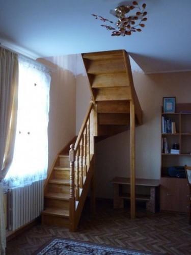 """Лестница""""KALIPS O DUBLE MIDLE""""с разворотом на 180град. с шестью забежными ступенями, выс.3м ш.85см ясень"""