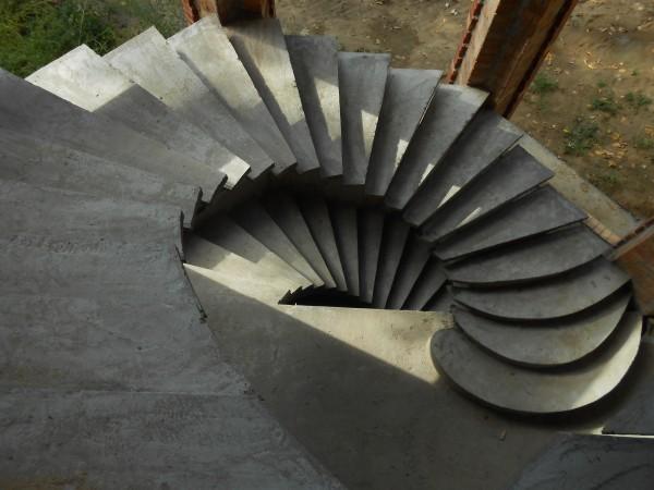 Лестницы бетонные на одном косоуре