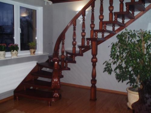 Лестницы деревянные с резными элементами