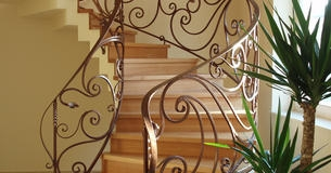 Лестницы деревянные закрытые, с коваными элементами (бук, дуб, ясень).