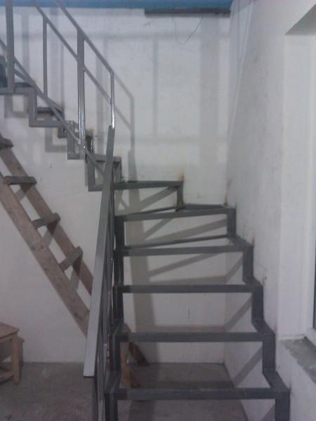 Лестницы и перила из черного металла. . .
