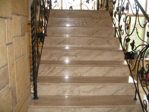 Лестницы из мрамора, ступени из мрамора, мраморные ступени. Лестница внутри дома. Изготовление и монтаж.