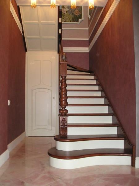 Лестницы из натурального дерева любой сложности.