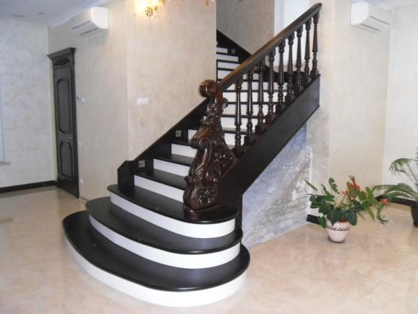 Лестницы из натурального дерева по индивидуальным заказам любой сложности.