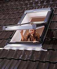 Мансардные окна могут применяться наряду с обычными окнами.