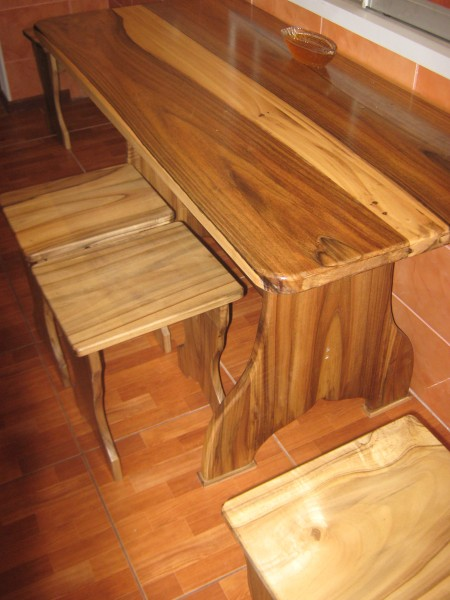 Мебель(столы кухни шкафы и др) из натурального ореха дуба и др пород дерева под заказ
