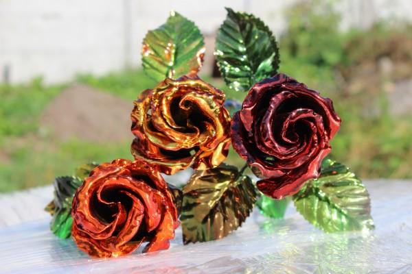 Металлическая роза - красиво, доступно и долговечно.