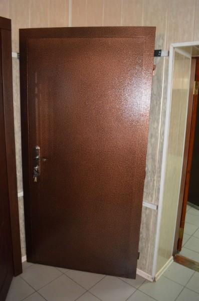 Металлические двери. Снаружи порошковая покраска, внутри кожвин коричневый