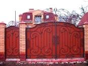 Металлические ворота с кованным декором.