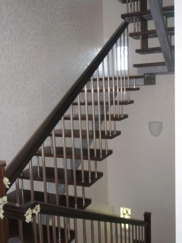 Межэтажная лестница в доме.