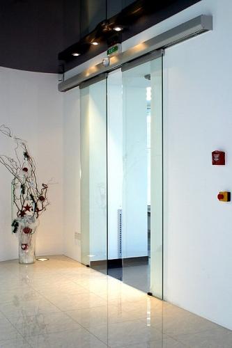 Межкомнатные автоматические двери из стекла.