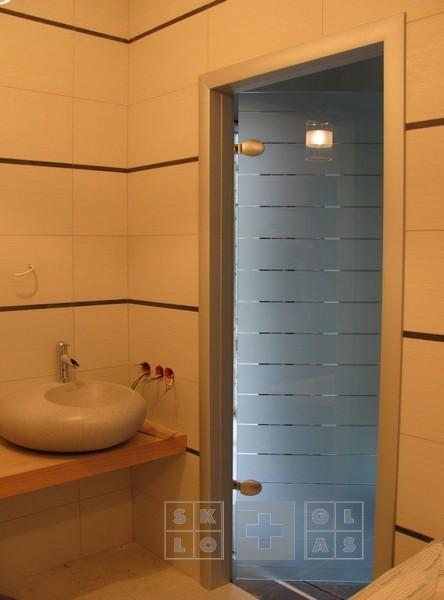 Межкомнатные двери из безопасного стекла с алюминиевой коробкой. Декоративный рисунок на полотне.