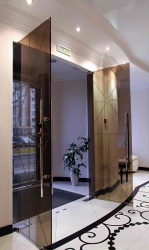 Межкомнатные и офисные двери из стекла