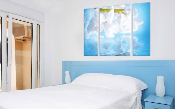 Модульная картина Белые цветы на голубом фоне от 630,00 грн