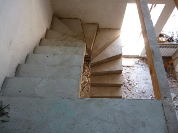 Монолитная полувинтовая лестница