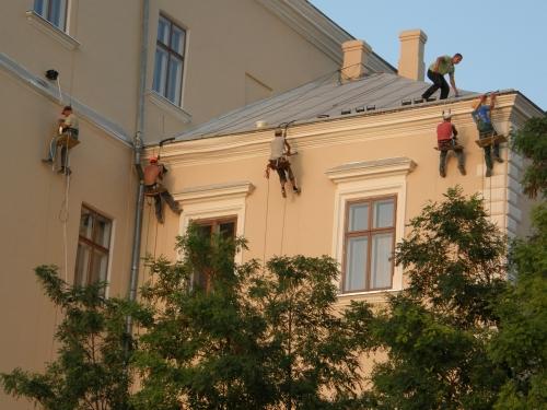 Монтаж, демонтаж обслуговування підсвідки та освітлення на фасадах методом промальпінізма.