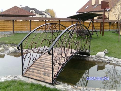 Мост кованый через декоративный пруд