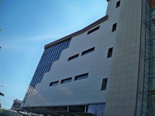 Навесные вентилируемые фасады из керамогранита, композита, фиброцементных плит.
