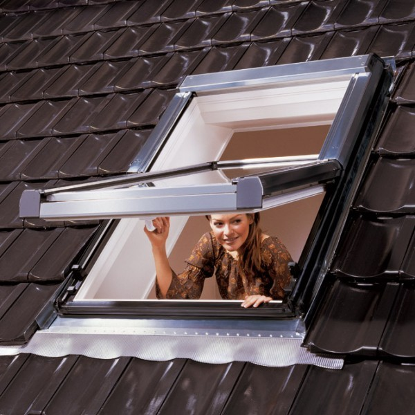 Не секрет, что мансардные окна, установленные в крыше, являются самым лучшим способом освещения мансарды.